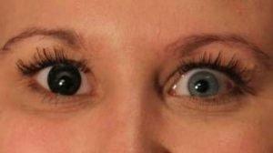 OS1SO sorte kontaktlinser i blåligt øje