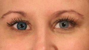 Blå kontaktlinse i et lyst øje