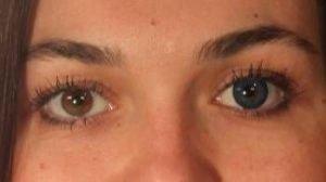 Blå kontaktlinser i brunt øje
