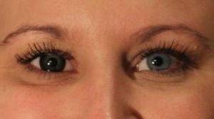 OU2SO sorte kontaktlinser i blåligt øje