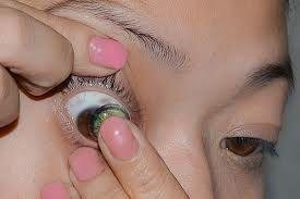 Sådan sættes en kontaktlinse i øjet