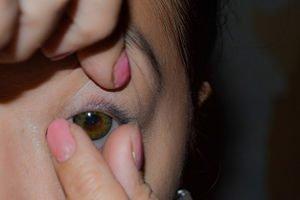 sådan tages en kontaktlinse ud af øjet
